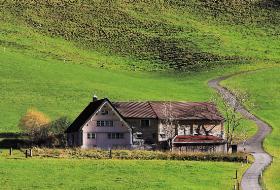 Dom na wsi kojarzy się z idyllą, ale bywa różnie