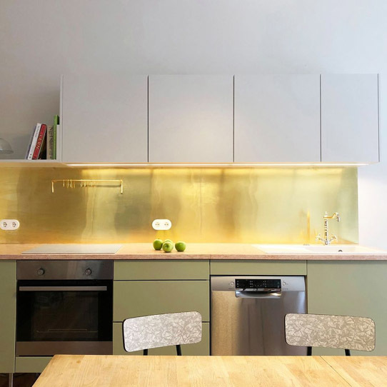 Kuchnia ze złotą ścianą, fronty FROPT