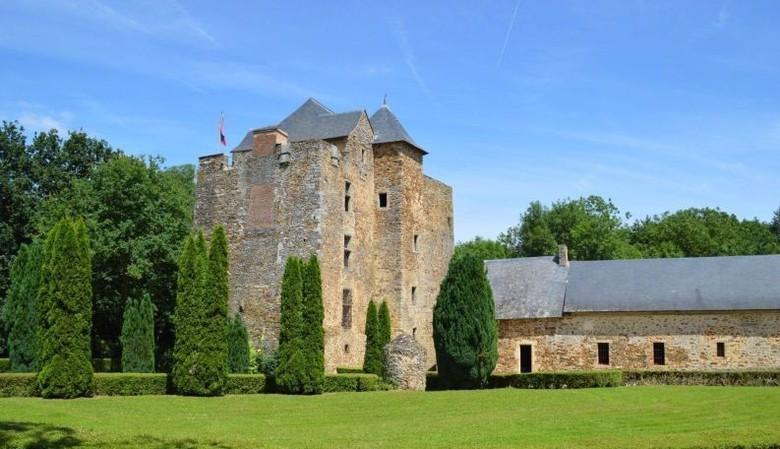 Zamek otoczony fosą