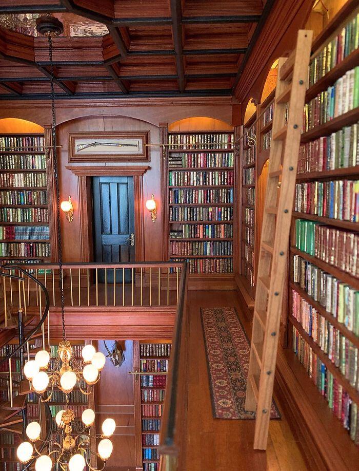Dwupiętrowa biblioteka