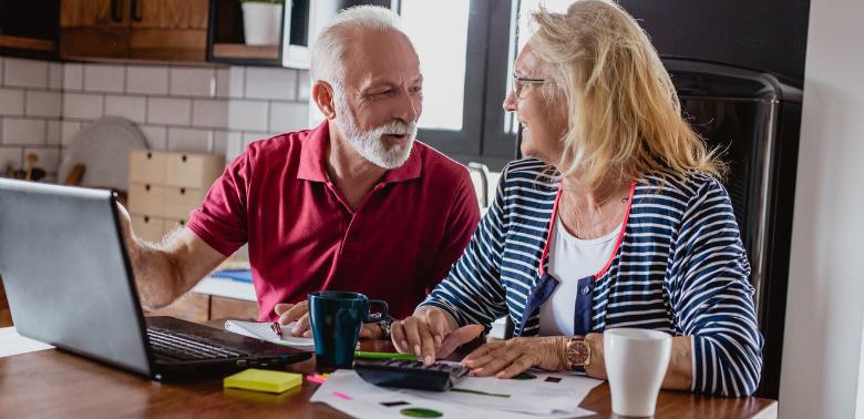 Seniorzy kupujący obligacje