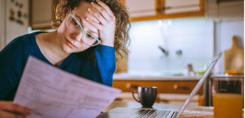 Kobieta czyta pismo z banku