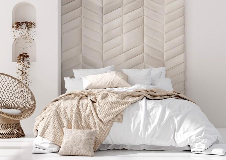 sypialnia ze ścianą z paneli welurowych, w beżu