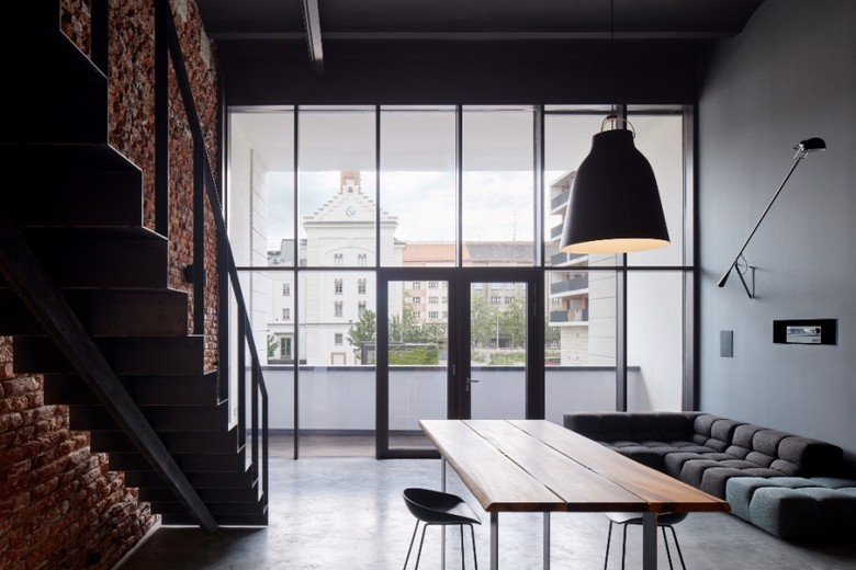 loft dwupoziomowy ze ścianą z cegły
