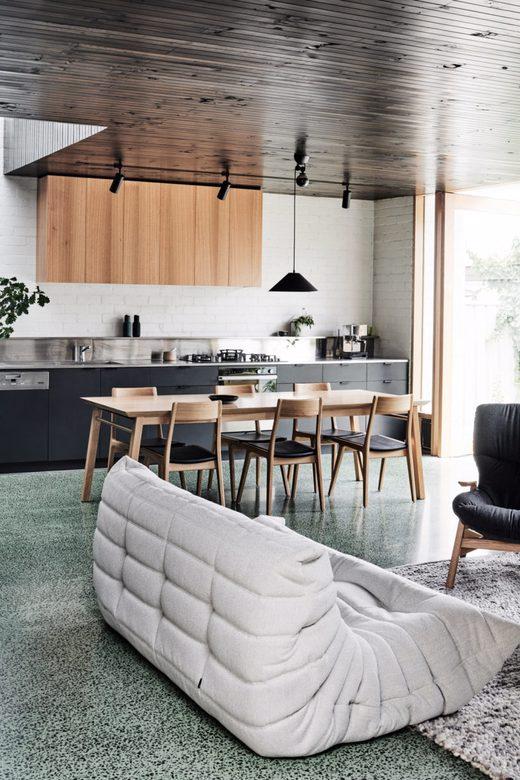 Sofa Togo, podłoga lastryko, kuchnia w drewnie