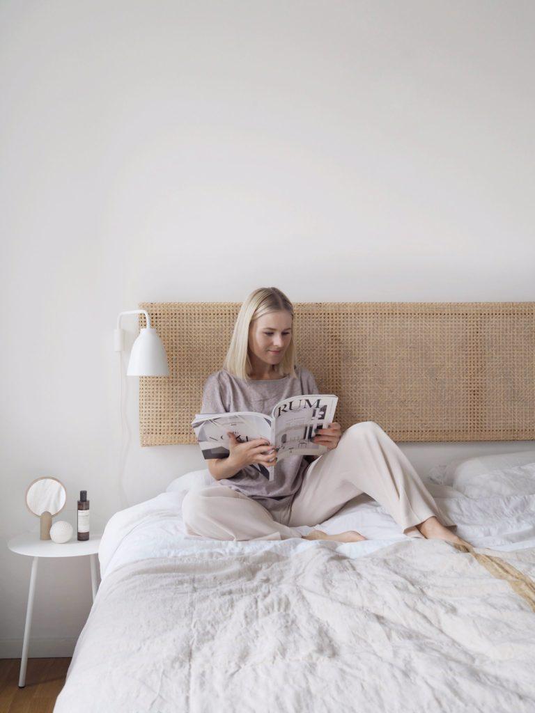 relaks w sypialni z rattanowym zagłówkiem