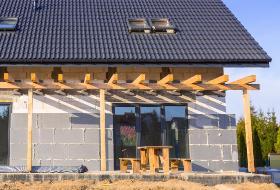 Termomodernizacja budynku: styropian czy wełna