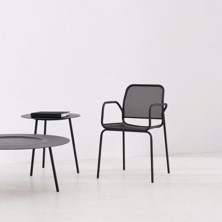 Krzesło i okrągłe stoliki z czarnego metalu