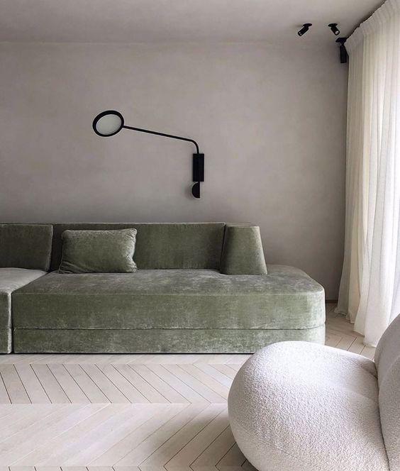 minimalistyczny salon, zielona sofa, parkiet