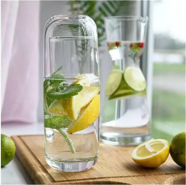 Karafka szklana z wodą
