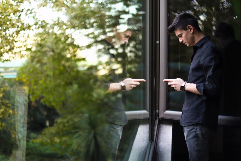 Widok na zieleń. Mężczyzna przy oknie