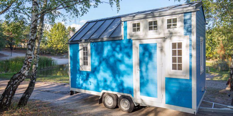 Domek tiny house na kołach pastelowy