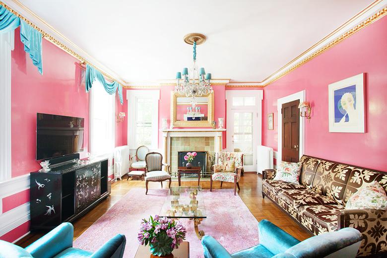 klasycystyczny salon w różu i turkusie