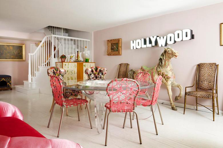ekscentryczny salon z jadalnią w różu