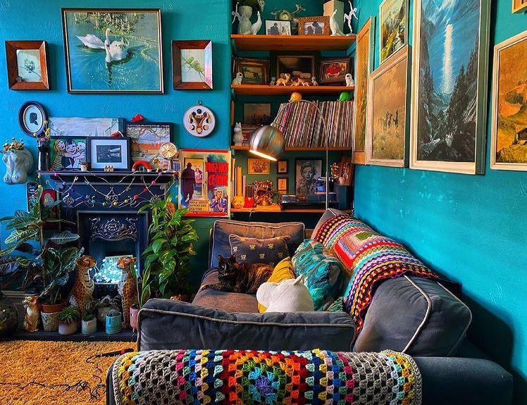Salon w stylu Cluttercore