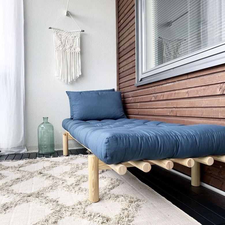 balkon z łóżkiem
