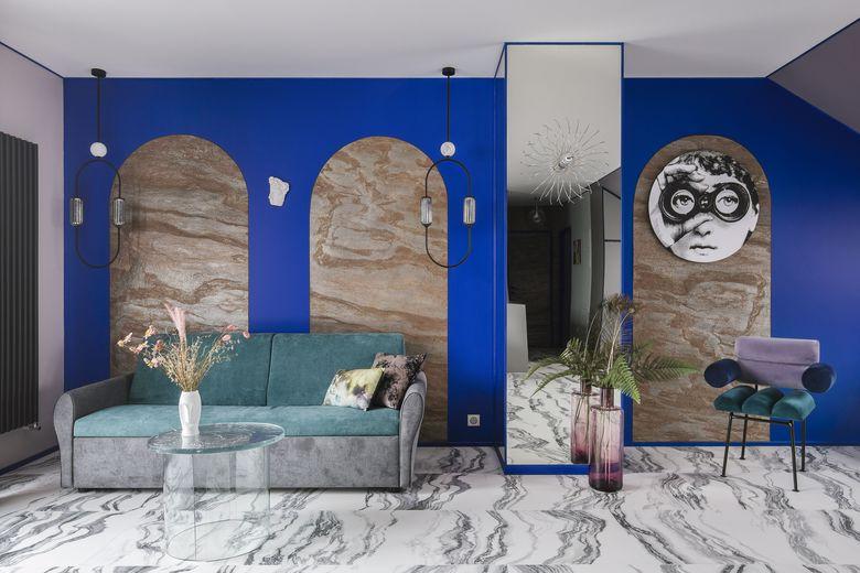 Wnętrze salonu, kobalt , marmur i łuki